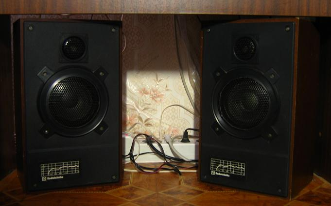 Продам 2 колонки радиотехника S-30,возможен обмен на автомагнитоллу. i.