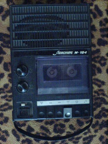 Хостинг от. uCoz.  Касетный портативный магнитофон, имеется встроенный микрофон.  Две скорости записивоспроезведения.